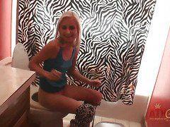 Смотреть порно скрытая камера в туалете