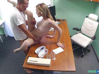 Жена у доктора порно