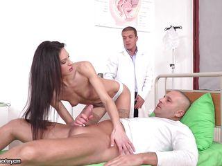 Доктор трахает студентку